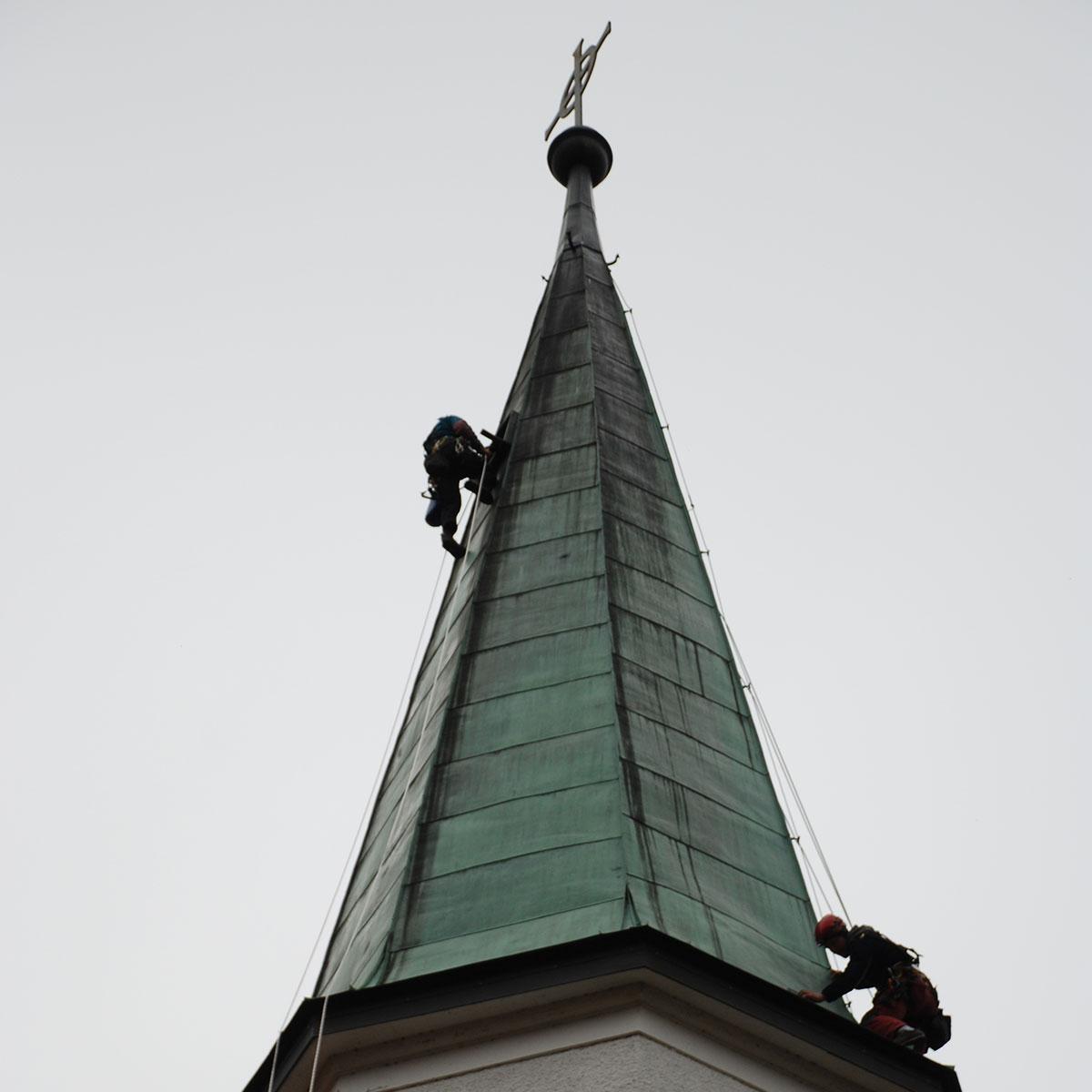 Arbeiten am Kirchendach in Hinterstein