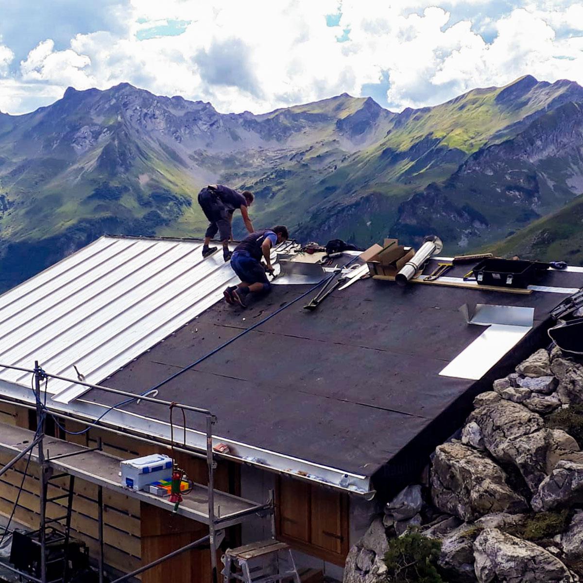 Arbeiten auf dem Dach einer Alphütte