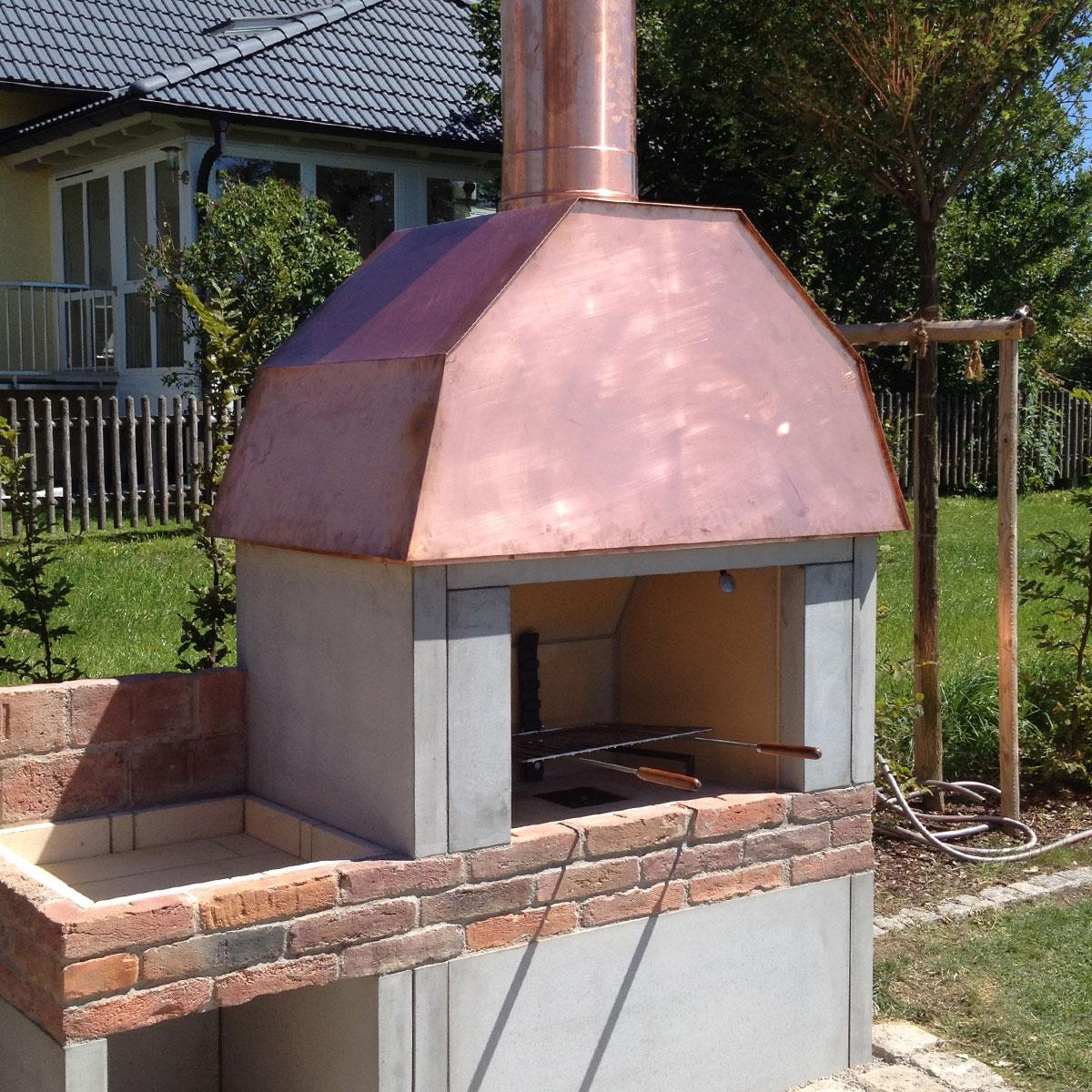 Repariertes Dach eines Ofens im Garten